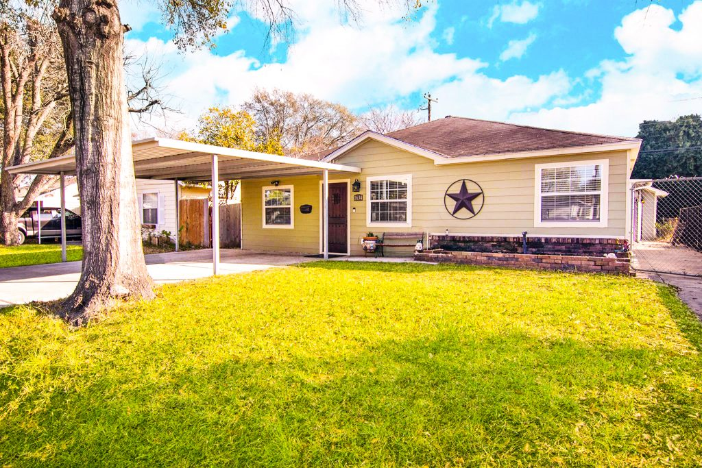 Houston Heights Home For Sale with Garage Apt in $300 with big yard